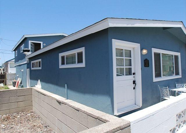 Upper Rear Unit - 2 Bedroom Upper Beach House! Steps to Ocean and Newly Refurnished! (68228) - Newport Beach - rentals