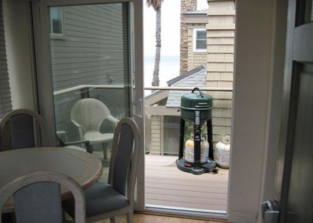2839 Strandway Patio/dining - S. Mission Beach Fully equipped apartment, balcony, peek views, pet friendly - San Diego - rentals