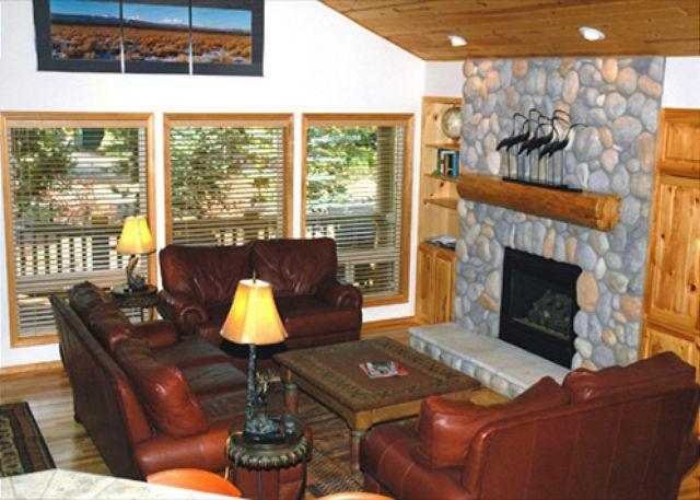 Living Area - Fantastic Home with Hot Tub, Piano and A/C - Sunriver - rentals