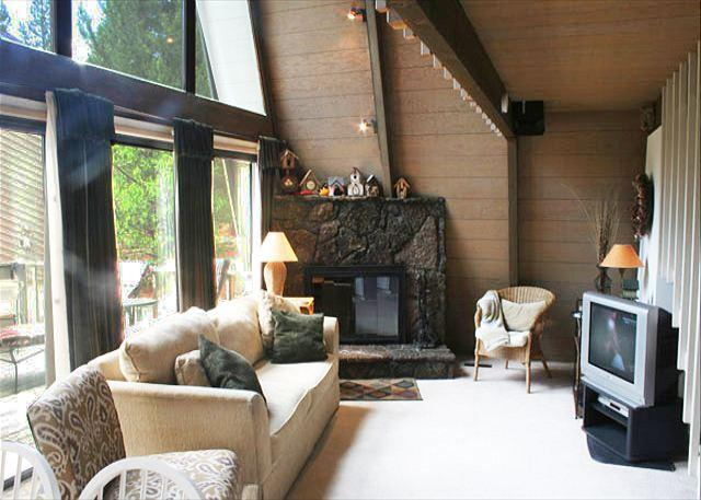 Living room - Relaxing Chalet that's Pet Friendly with a Hot Tub - Sunriver - rentals