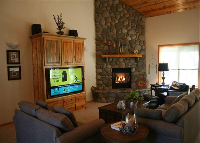 Living Room - Enchanting Home with Golf Course Views - Sunriver - rentals