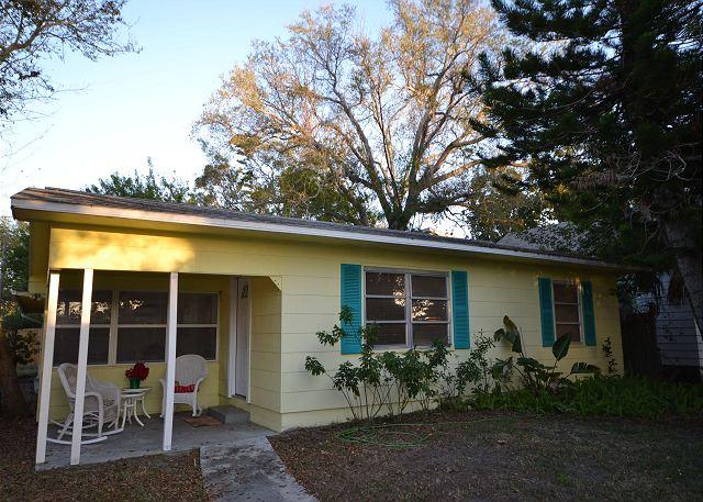Birds of Paradise bungalow -Cozy home in the heart of Gulfport, pet friendly - Image 1 - Gulfport - rentals