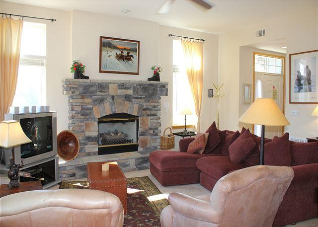PB110R Pretty Townhouse w/Fireplace, King Bed, Mountain Views, Garage - Image 1 - Silverthorne - rentals