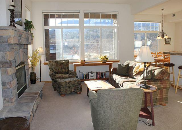 PB121A Super Townhouse w/Fireplace, King Bed, Private Hot Tub, Garage, Wifi - Image 1 - Silverthorne - rentals