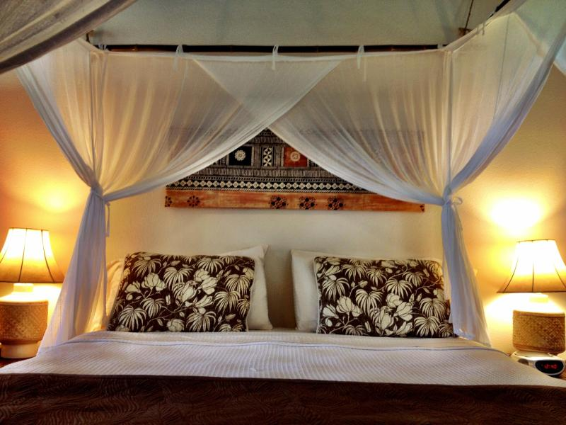 King bed with bamboo framed mosquito netting - The Orchid Room- modern, clean & tropical studio. - Princeville - rentals