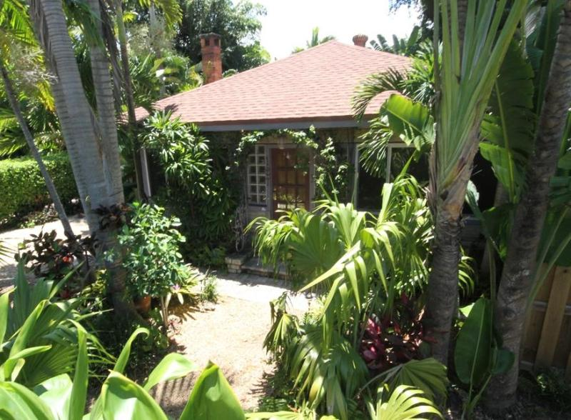 FRONT View and Courtyard - Old Florida merged with Indonesian Gardens - EXCELLENT in 35 reviews.  Tropical retreat - Fort Lauderdale - rentals