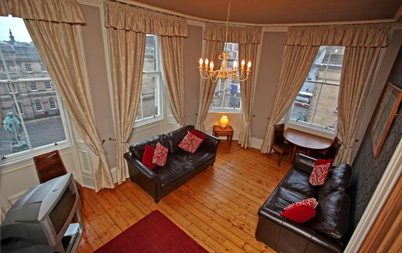 St Giles lounge over looking Royal Mile - St Giles, on Royal Mile, 200 metres to Edinburgh Castle - Edinburgh - rentals