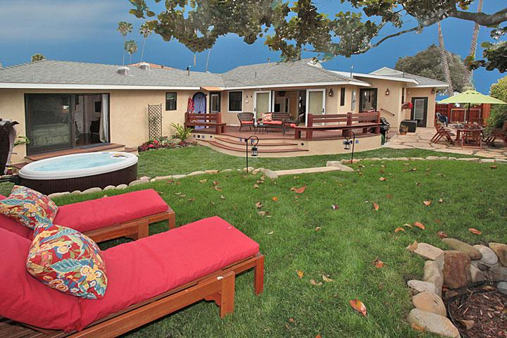 Backyard w/ lounges, outdoor shower, dining area, spa - Shoreline Cottage - World - rentals