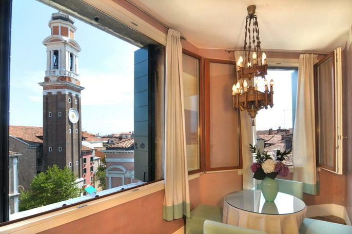 The living/dining room with Santi Apostoli tower bell - Ca' Bellini - Venice - rentals