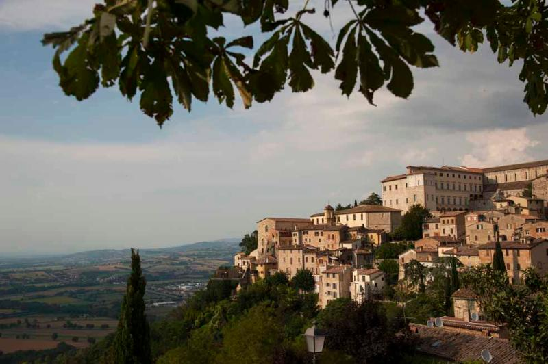 Spello, North-South View (photo copyright Geoff Beatty) - Casa Spello - Hilltop Village -  Townhouse Apts - Spello - rentals