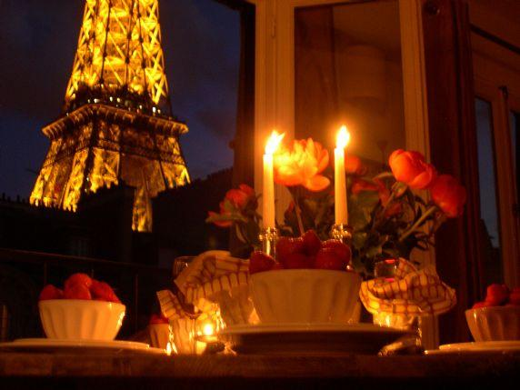 Enjoy a candle-lit dinner with awesome Eiffel Tower views! - Stunning Studio with Dramatic Views! - Paris - rentals