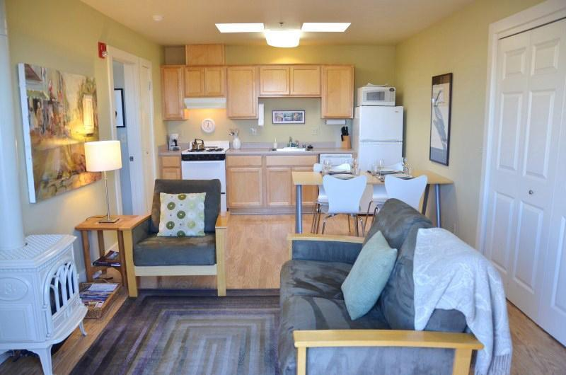Plaza Terrace Stay main room - Plaza Terrace Stay 1 Bdrm  Apt. Steps From Plaza - Arcata - rentals