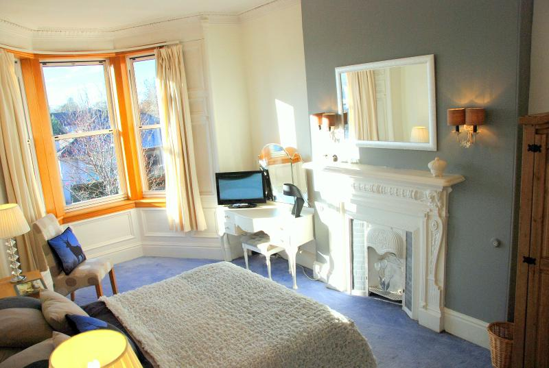 Master bedroom with ensuite. TV and DVD player. - CityCentre House&Garden.Tram stop on street, Wifi+ - Edinburgh - rentals