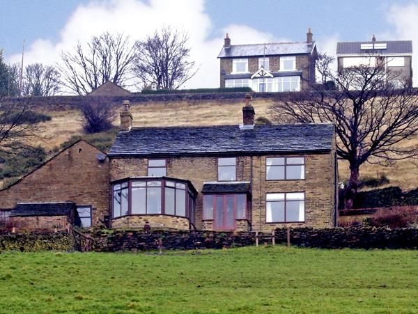 BROW FARM, pet friendly, country holiday cottage, with a garden in New Mills, Ref 2774 - Image 1 - New Mills - rentals