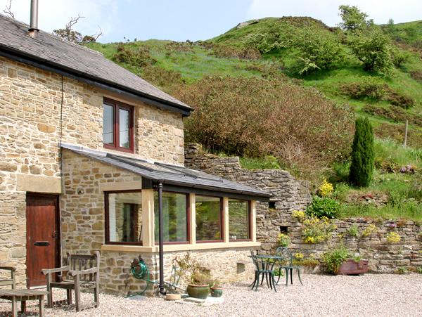BURRS COTTAGE, pet friendly, character holiday cottage, with a garden in Great Hucklow, Ref 509 - Image 1 - Great Hucklow - rentals