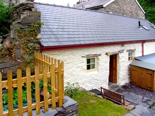BWTHYN-Y-PAIR, character holiday cottage, with a garden in Betws-Y-Coed, Ref 2590 - Image 1 - Betws-y-Coed - rentals