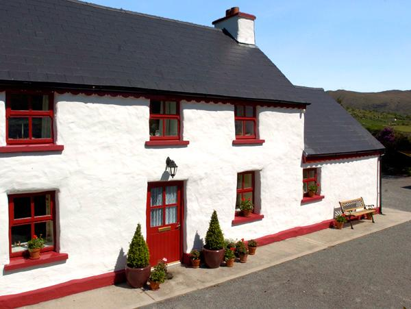 FEHANAUGH COTTAGE, country holiday cottage, with a garden in Lauragh, County Kerry, Ref 2299 - Image 1 - Lauragh - rentals