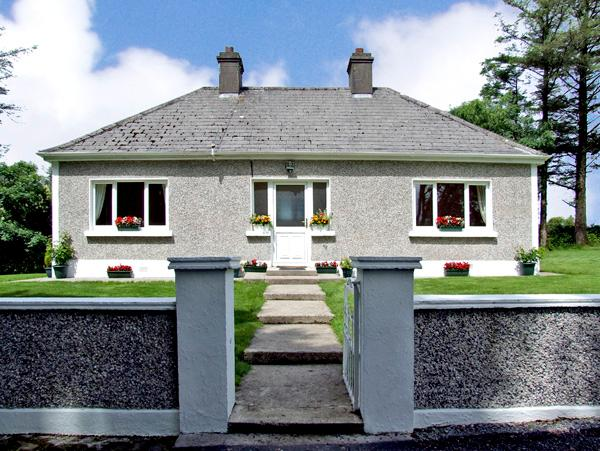GORTNA GLOSS, family friendly, country holiday cottage in Templeglantine Near Abbeyfeale, County Limerick, Ref 2635 - Image 1 - Templeglantine - rentals