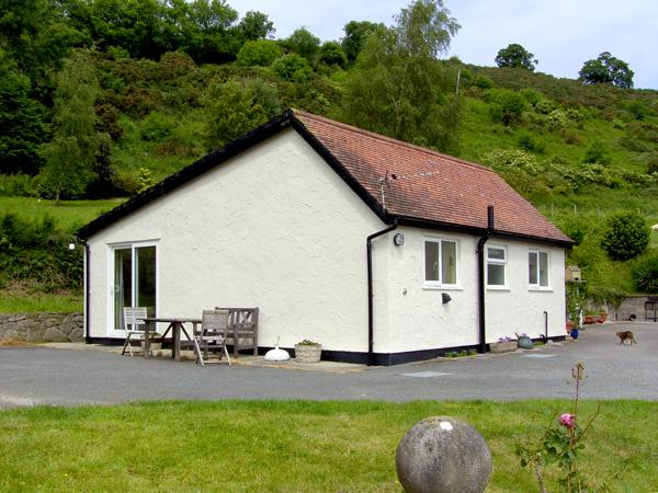 GWERN TYNO, family friendly, country holiday cottage, with a garden in Colwyn Bay, Ref 414 - Image 1 - Colwyn Bay - rentals
