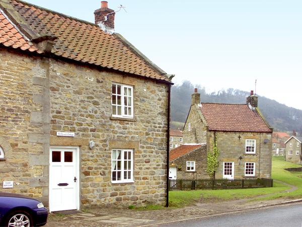 HOLLYSIDE COTTAGE, character holiday cottage, with a garden in Hutton-Le-Hole, Ref 1667 - Image 1 - Hutton-le-hole - rentals