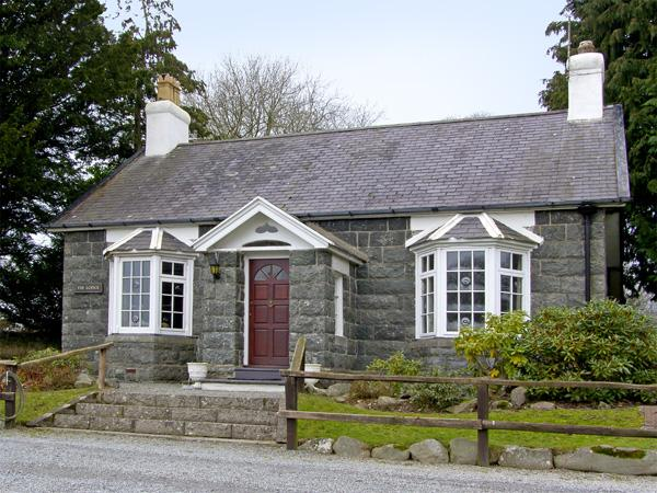 HUNTING LODGE, pet friendly, character holiday cottage, with a garden in Talhenbont Hall Country Estate, Ref 381 - Image 1 - Chwilog - rentals