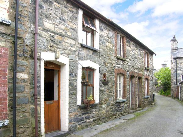 LLONDY, romantic, character holiday cottage, with open fire in Betws-Y-Coed, Ref 955 - Image 1 - Betws-y-Coed - rentals