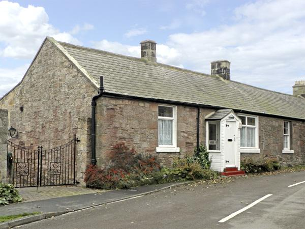 LYNDHURST COTTAGE, family friendly, with a garden in Beadnell, Ref 1372 - Image 1 - Beadnell - rentals