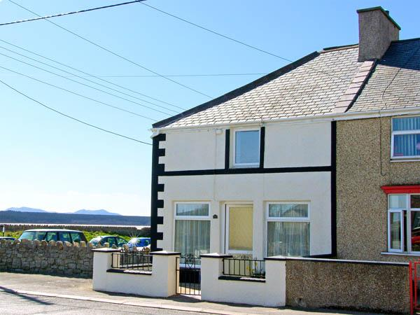 MALLTRAETH COTTAGE, pet friendly, with a garden in Malltraeth, Ref 2969 - Image 1 - Malltraeth - rentals