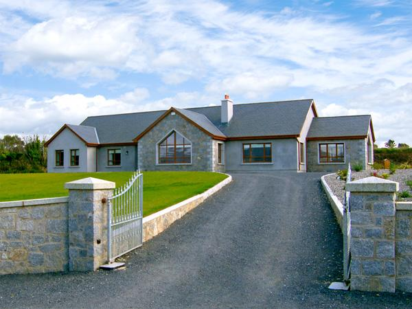 MOUNTAIN VIEW HOME, pet friendly, country holiday cottage, with hot tub in Enniscorthy, County Wexford, Ref 2905 - Image 1 - Enniscorthy - rentals