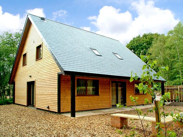 NORBURY, pet friendly, luxury holiday cottage, with hot tub in Ramshorn Wood Near Alton Towers, Ref 2432 - Image 1 - Oakamoor - rentals