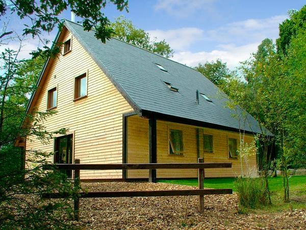 WEAVER, family friendly, luxury holiday cottage, with a garden in Ramshorn Wood Near Alton Towers, Ref 2429 - Image 1 - Oakamoor - rentals