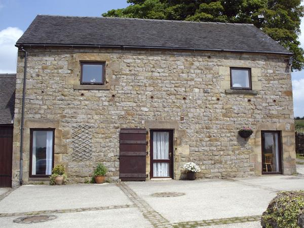 SHAY SIDE BARN, family friendly, character holiday cottage, with a garden in Warslow Near Hartington, Ref 621 - Image 1 - Warslow - rentals