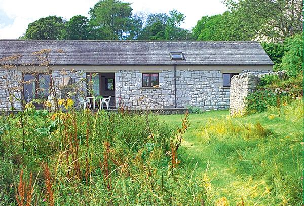 PHEASANT FIELD, pet friendly, character holiday cottage, with a garden in Silverdale Near Arnside, Ref 684 - Image 1 - Silverdale - rentals
