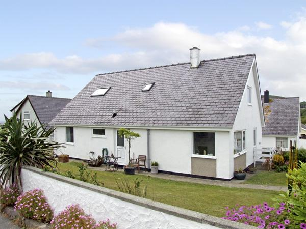 RHOS, pet friendly, with a garden in Mynytho, Ref 3617 - Image 1 - Mynytho - rentals
