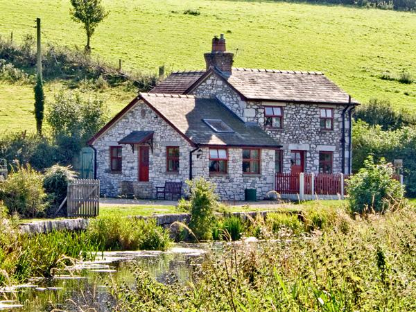 WHARF COTTAGE, pet friendly, character holiday cottage, with a garden in Burton-In-Kendal, Ref 2200 - Image 1 - Cumbria - rentals