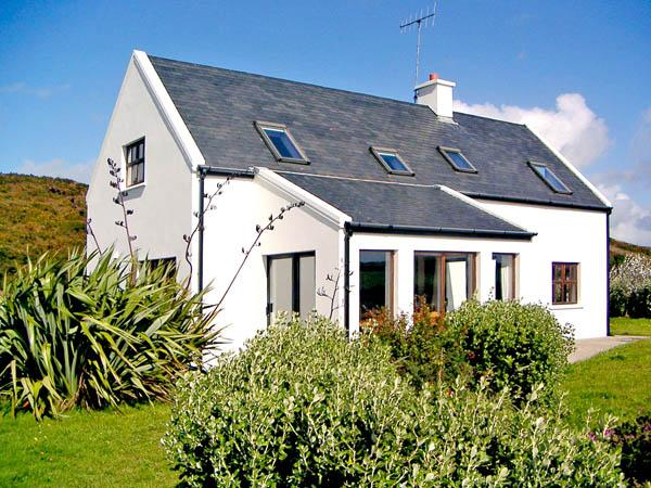 UP RIVER HOUSE, family friendly, country holiday cottage, with a garden in Skibbereen, County Cork, Ref 2858 - Image 1 - Skibbereen - rentals