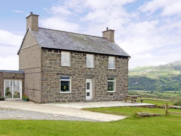 YMWLCH BACH FARMHOUSE, family friendly, character holiday cottage, with a garden in Criccieth, Ref 2838 - Image 1 - Criccieth - rentals
