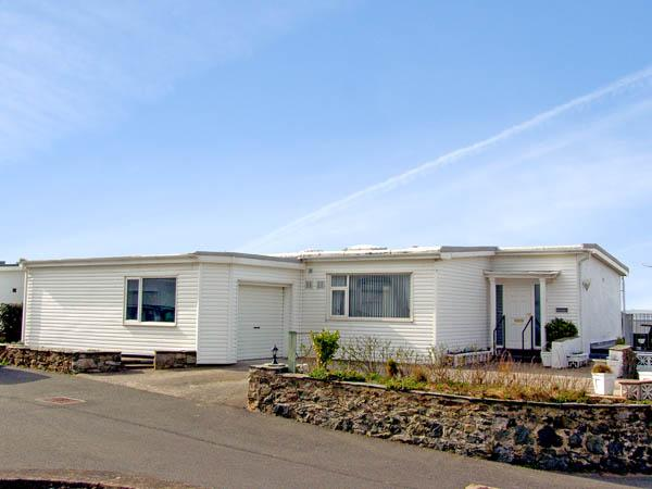 RIVENDELL, family friendly, with a garden in Rhosneigr, Ref 2884 - Image 1 - Rhosneigr - rentals