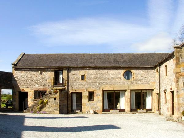 WEST CAWLOW BARN, family friendly, character holiday cottage, with a garden in Hulme End Near Hartington, Ref 632 - Image 1 - Hulme End - rentals