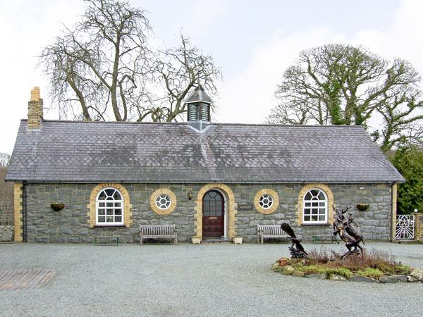 WOODBERRY, pet friendly, character holiday cottage, with a garden in Talhenbont Hall Country Estate, Ref 382 - Image 1 - Chwilog - rentals