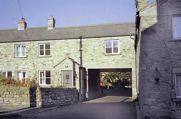 1 CHESTNUT GARTH, pet friendly, character holiday cottage, with a garden in West Witton Near Leyburn, Ref 779 - Image 1 - West Witton - rentals