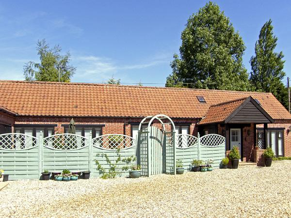 STABLE COTTAGE, pet friendly, character holiday cottage, with a garden in Necton, Ref 3505 - Image 1 - Necton - rentals