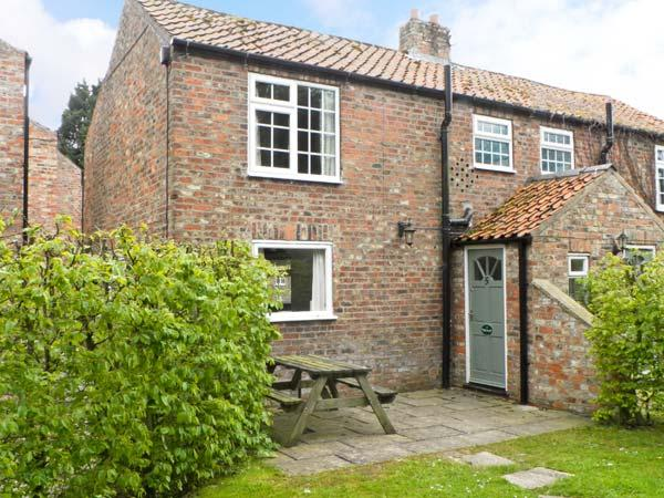 BRONTE, family friendly, character holiday cottage, with pool in York, Ref 1404 - Image 1 - York - rentals