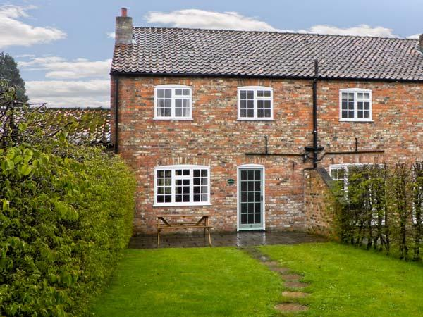 PRIESTLEY, family friendly, character holiday cottage, with pool in York, Ref 1405 - Image 1 - York - rentals