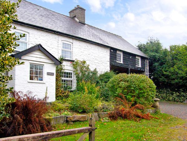 THE LOFT, pet friendly, character holiday cottage, with a garden in Llanwrthwl, Ref 2757 - Image 1 - Llanwrthwl - rentals
