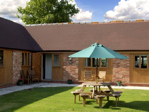 THE ROOST, family friendly, character holiday cottage, with a garden in Clifford Chambers, Ref 2254 - Image 1 - Clifford Chambers - rentals