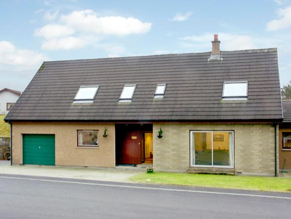 TE BHEAG, pet friendly, country holiday cottage, with a garden in Newtonmore, Ref 1634 - Image 1 - Newtonmore - rentals