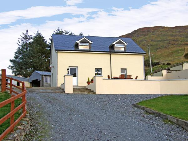 LOUGH BRIN HOUSE, pet friendly, country holiday cottage, with a garden in Kenmare, County Kerry, Ref 3705 - Image 1 - Kenmare - rentals