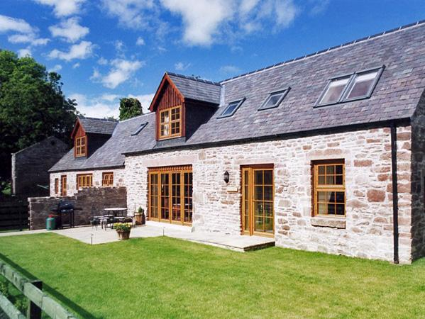 NANTUSI COTTAGE, pet friendly, country holiday cottage, with pool in Kirriemuir, Ref 1905 - Image 1 - Kirriemuir - rentals
