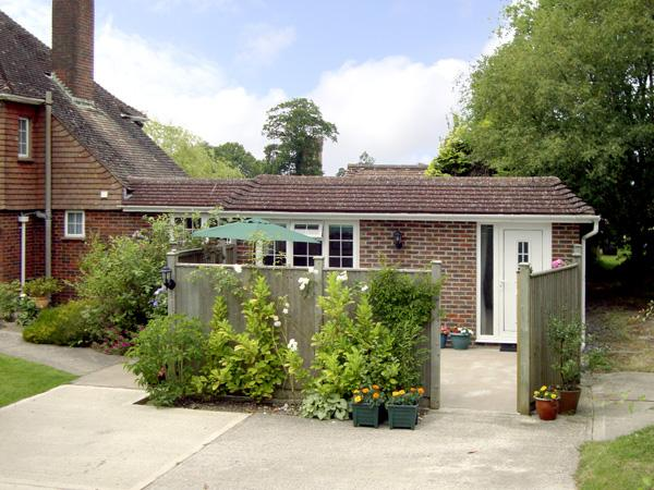 HOLLY COTTAGE, country holiday cottage, with a garden in Balcombe, Ref 2028 - Image 1 - Balcombe - rentals